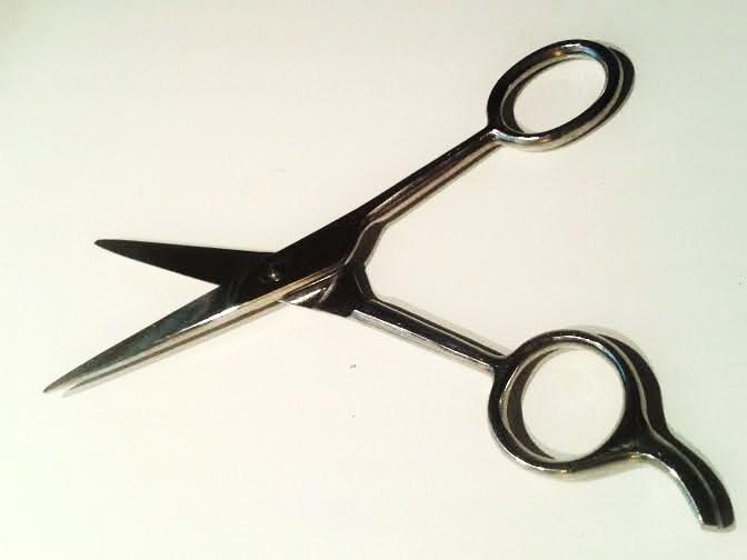 Kappersschaar eigen haar knippen